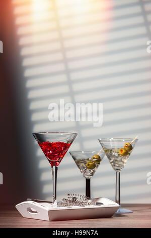 Drei Cocktails mit Sieb an der bar - Stockfoto