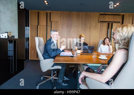 Unternehmerinnen mit einer Besprechung im Konferenzraum - Stockfoto