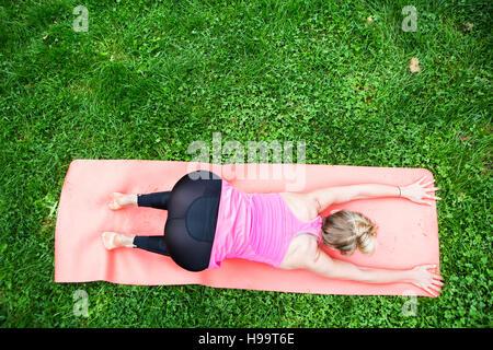 Junge Frau praktizieren Yoga im park - Stockfoto
