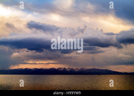 Die Aussicht über den See Song Kol, einem alpinen See in der nördlichen Provinz Naryn Kyrgyzstahn beliebte mit Hirten - Stockfoto