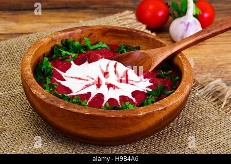 Rote Bete Püree-Suppe mit Sauerrahm Studio Foto - Stockfoto