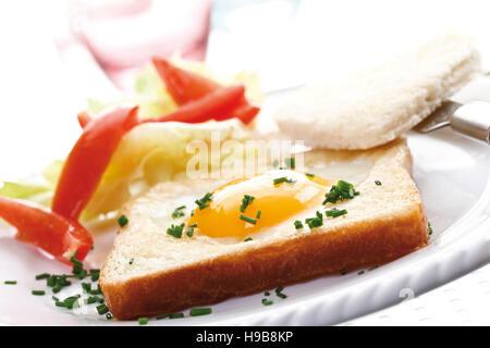 Spiegelei auf Toast, herzförmige, Kapuzinerkresse, Salat und Schnittlauch - Stockfoto