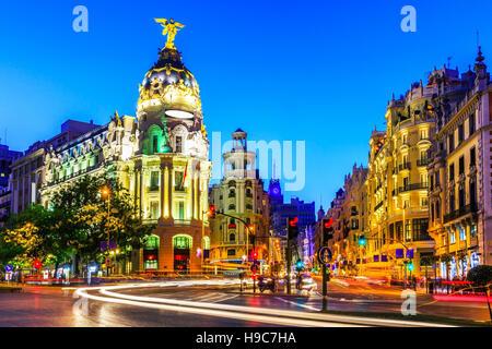 Madrid, Spanien. Gran Via, Haupteinkaufsstraße in der Abenddämmerung. - Stockfoto