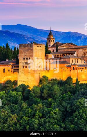 Alhambra von Granada, Spanien. Alhambra-Festung in der Dämmerung. - Stockfoto