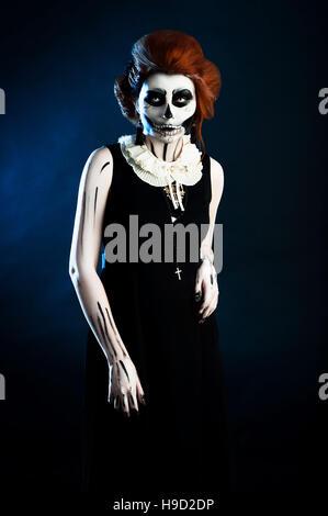 schöne Frau mit Make-up Schädel Skelett in helloween - Stockfoto