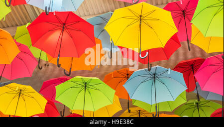 bunte dekorative sonnenschirme h ngen von der decke stockfoto bild 84385606 alamy. Black Bedroom Furniture Sets. Home Design Ideas