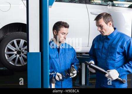 Professionelle beteiligten Mechanik reparierte Auto - Stockfoto