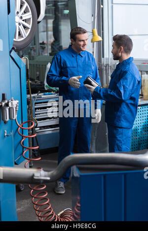 Profi-Mechaniker reparierte Auto - Stockfoto