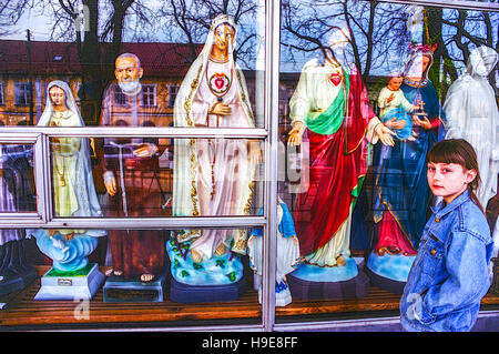 Windows Anzeige der Store für Devotionalien, katholischen Glaubens Shop, Czestochowa, Südliches Polen - Stockfoto