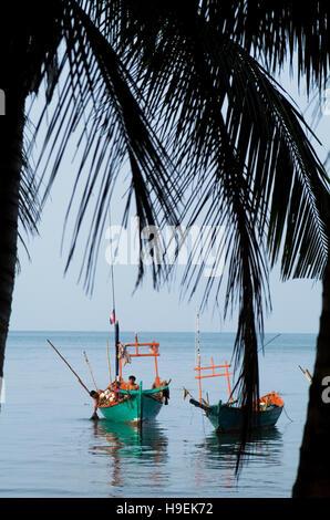 Angeln Boote vor der Küste von Kep, ein Erholungsort für die französische und die kambodschanischen Elite bis in - Stockfoto