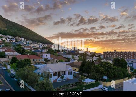Blick von der City of Cape Town mit einem wunderschönen Sonnenuntergang im Hintergrund - Stockfoto