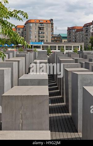 BERLIN, Deutschland - Juli 2015: Ansicht des berühmten jüdischen Holocaust-Mahnmal in der Nähe Brandenburger Tor - Stockfoto