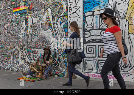 BERLIN, Deutschland - Juli 2015: Berliner Mauer Graffiti gesehen am 26. Juli 2015, Berlin, East Side Gallery. Es - Stockfoto