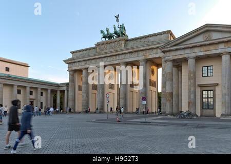 BERLIN, Deutschland - Juli 2015: Brandenburger Tor in Berlin in Deutschland. Ein Triumphbogen, ein Stadttor in der - Stockfoto