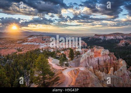 Erstaunliche Sandstein-Formationen im Bryce Canyon National Park im schönen goldenen Morgenlicht bei Sonnenaufgang - Stockfoto