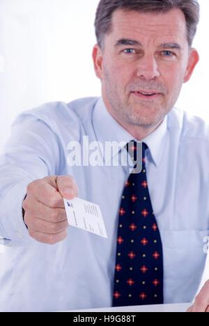 Geschäftsmann hält eine Visitenkarte - Stockfoto
