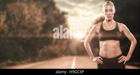 Zusammengesetztes Bild Sportlerin stehend mit Hand auf der Hüfte - Stockfoto