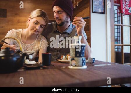 Paar romancing mit sushi - Stockfoto