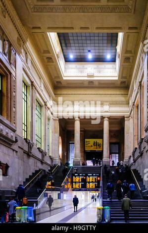 Milano Centrale Bahnhof, erbaut in den 1930er Jahren in der Nacht.  Mailand, Italien.