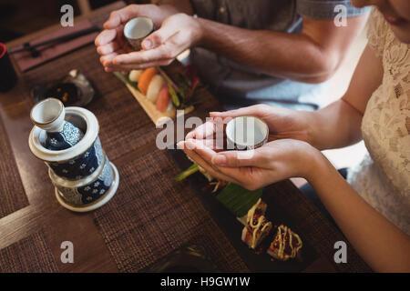 Paar beim Willen beim Sushi-Essen - Stockfoto