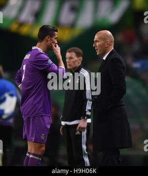 Lissabon, Portugal. 22. November 2016. Real Madrids Cristiano Ronaldo(L) flüstert mit Coach Zinedine Zidane während - Stockfoto