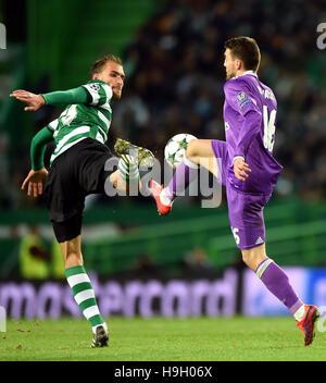 Lissabon, Portugal. 22. November 2016. Real Madrids Mateo Kovacic(R) wetteifert mit Sporting CP Bas Dost während - Stockfoto