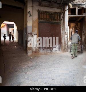 Typische Gasse Kreuzung in Fès, Marokko - Stockfoto