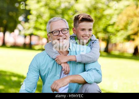 Großvater und Enkel im Sommerpark umarmt - Stockfoto