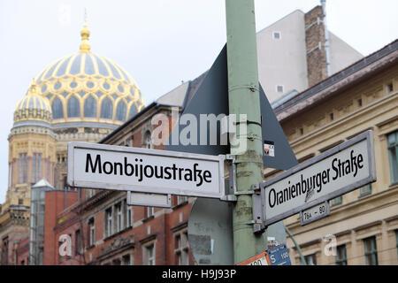 Neue Synagoge in der Oranienburger Straße und Monbijoustraße Street signs KATHY DEWITT Spandauer Vorstadt Mitte - Stockfoto