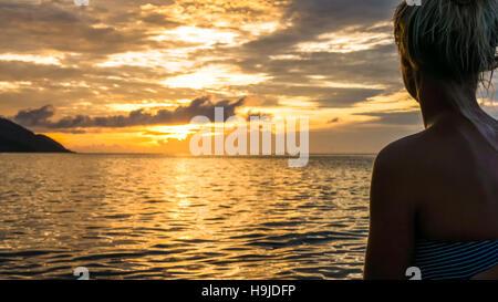 Silhouette von Jung Frauen im warmen Abendlicht, Kri-Insel. Raja Ampat, Indonesien, West-Papua - Stockfoto