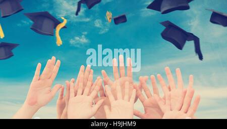 Zusammengesetztes Bild von Menschen, die Hände in der Luft - Stockfoto