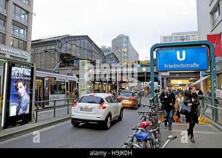 Besetzt Berliner Straßenszene mit Käufern und Verkehr in der Nähe Bahnhof Friedrichstraße U station Berlin Nov Deutschland - Stockfoto