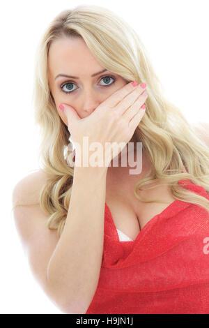 Angst und die Frau, die Ihren Mund mit einer Hand isoliert gegen einen weißen Hintergrund mit einen Freistellungspfad - Stockfoto