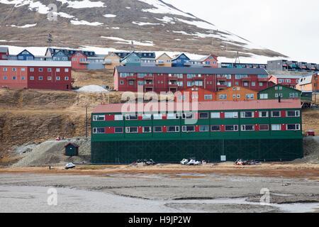 Bunte Holzhäuser in der Stadt Longyearbyen im Frühjahr, Svalbard / Spitzbergen - Stockfoto