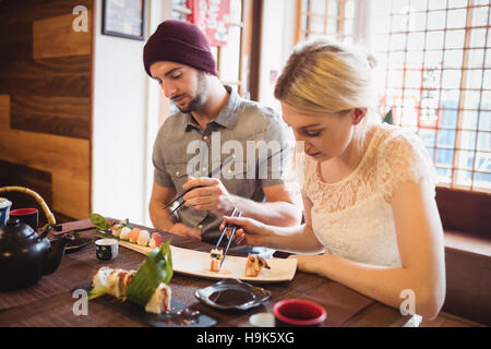 Paar Sushi-Essen - Stockfoto