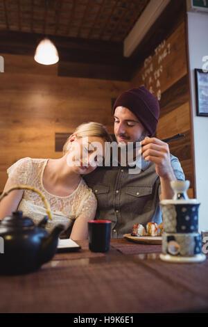 Paar Interaktion beim Sushi-Essen - Stockfoto