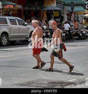 Zwei shirtless Männchen über die Straße am Pattaya Thailand S. E. Asien - Stockfoto