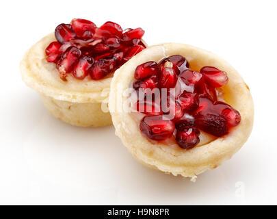 Granatapfel-Cupcake auf weißen Hintergrund isoliert - Stockfoto
