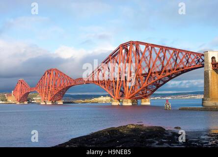 Die Forth-Eisenbahnbrücke über den Fluss Forth in Queensferry Edinburgh Schottland Vereinigtes Königreich UK - Stockfoto