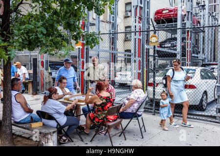Manhattan New York City NYC New York East Harlem El Barrio Spanish Harlem Immigrant Nachbarschaft Parkplatz Garage - Stockfoto