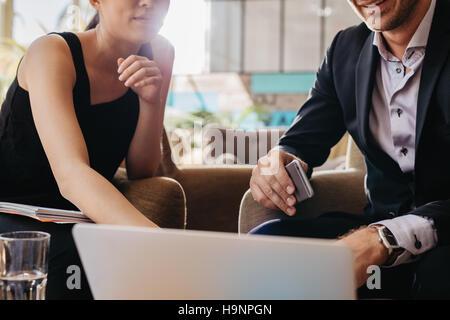 Aufnahme von zwei junge Geschäftsleute sitzen zusammen am Laptop arbeiten. Führungskräfte Treffen in einem Büro - Stockfoto