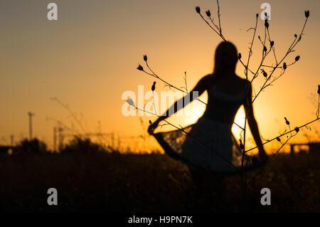 Verschwommene Silhouette des schönen Mädchens in der Natur - Stockfoto