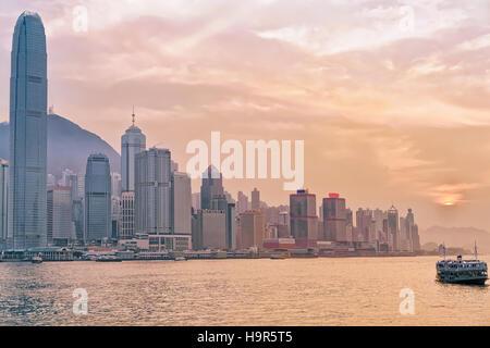 Star Ferry und Victoria Harbour in Hongkong. Blick von Kowloon auf Hongkong Island. - Stockfoto