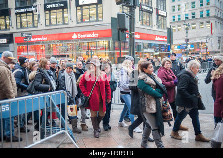 New York, USA. 24. November 2016. Käufer warten auf Macys am Herald Square in New York, am Thanksgiving Day, Donnerstag, - Stockfoto