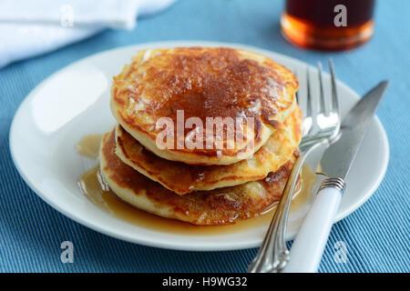 Frische hausgemachte Buttermilch Pfannkuchen mit Ahornsirup, erschossen in natürlichem Licht - Stockfoto