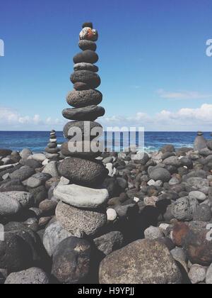 Steinpyramide, steinernen Turm gestapelt Kiesel am Strand - Stockfoto