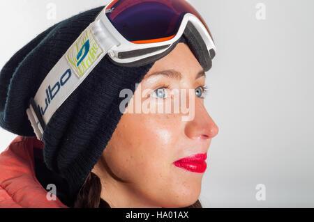 Lächelndes Snowboard Mädchen mit rotem Lippenstift - Stockfoto