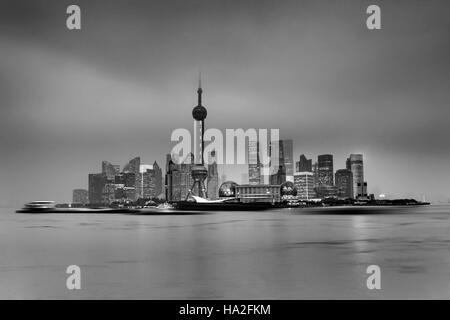 entfernte getrennte Pudong-Insel in Shanghai Stadt von China mit modernen Wolkenkratzern Cityline bei Regenwetter - Stockfoto