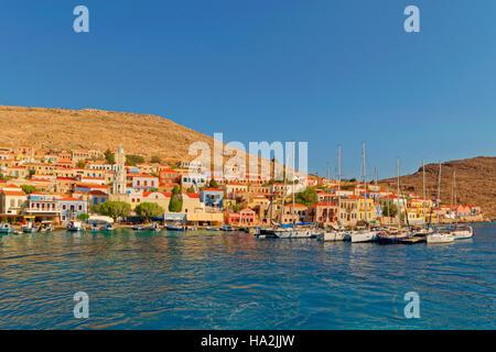 Chalki Stadt und Yacht Liegeplätze, griechischen Insel Chalki abseits der nördlichen Küste von Rhodos, Dodekanes - Stockfoto