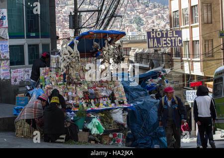 Hexe-Stall im Illampu nahe dem Hexenmarkt in La Paz, Bolivien, getrocknete Lama-Föten und das Hotel Majestic im - Stockfoto